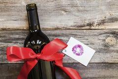 Glasflasche Wein auf Holztischhintergrund lizenzfreies stockfoto