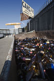 Glasflaschen bei Scrapyard Lizenzfreies Stockbild