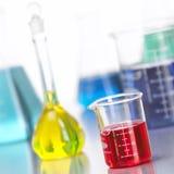 Glasflaschen im Labor mit farbigem liquid-3 Stockfoto