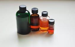 Glasflaschen mit bunten Flüssigkeiten Stockbilder