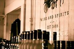 Glasflaschen Weine und sprits auf hölzernem Regal des alten Shops im chaleston, South Carolina stockbild