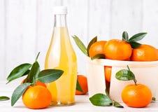 Glasflaska av ny mandarintangerinfruktsaft fotografering för bildbyråer