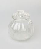 Glasflaska- eller godiskrus på en bakgrund Arkivbilder