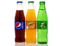 Glasflaskor av Pepsi, Mirinda och 7up royaltyfri foto