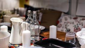 Glasfles met Behandeld Deksel op Eettafel stock afbeelding