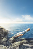 Glasfles met op zee bericht Stock Fotografie