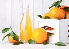 Glasfles vers mandarin mandarijnsap stock afbeeldingen