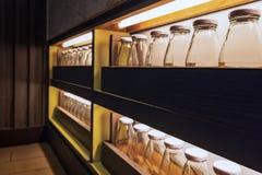 Glasflessen in lagen worden geplaatst die Onderaan de neonlichten bij nacht royalty-vrije stock foto's