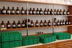Glasflessen met kruidengeneesmiddelen en tinten Royalty-vrije Stock Foto's