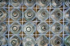 Glasflessen in plastic krat Royalty-vrije Stock Foto