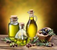 Glasflessen van olijfolie en weinig bessen Stock Foto