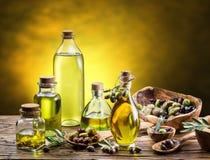 Glasflessen van olijfolie en weinig bessen Stock Afbeeldingen