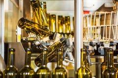 Glasflessen zonder etiket in bottelmachine bij moderne wijnmakerij Royalty-vrije Stock Afbeeldingen