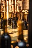 Glasflessen zonder etiket in bottelmachine bij moderne wijnmakerij Royalty-vrije Stock Foto's