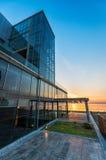 Glasgebäude außen bei Sonnenuntergang Lizenzfreies Stockfoto