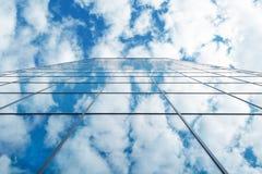 Glasgebäude des modernen Aufstieges des Geschäfts hohen und blauer Himmel mit Wolken Lizenzfreies Stockfoto