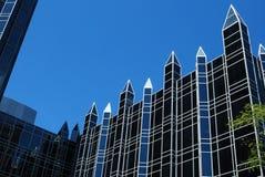 Glasgebäude gegen blauen Himmel stockfoto