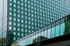 Glasgebäude mit beiliegendem Gehweg Stockfoto