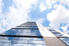 Glasgebäude und blauer Himmel mit Wolken Stockbilder