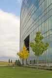 Glasgebäude und Himmel Stockbilder