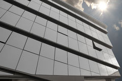 Glasgebäude und Sonne Stockfoto