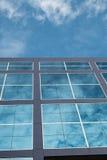 Glasgebäude und Wolke Stockfotos