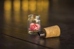 Glasgefäß gebunden mit einem Band Stopper USB-Blitz-Antrieb, ursprünglicher greller Antrieb Rose in einer Flasche Glas-USB-Blitz- Stockfoto