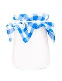 Glasgefäß Jogurt auf dem weißen Hintergrund lokalisiert stockfotografie