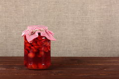 Glasgefäß mit Dosenfrüchten Stockfotografie