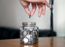 Glasgefäß mit Münzen Lizenzfreies Stockbild