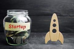 Glasgefäß, Rakete und das Wort 'Start ' Das Konzept des Aufbringens von Kapitalien für einen Start Gemeinnützige Spenden zum Über lizenzfreie stockfotos