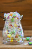 Glasgefäß voll der Süßigkeit lizenzfreie stockfotos