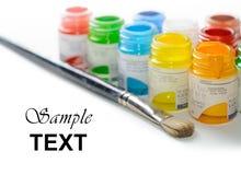 Glasgefäße mit Farbfarben auf weißem Hintergrund Lizenzfreies Stockfoto
