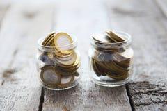 Glasgefäße mit Geld prägt Rubel 10-Rubel-Münzen Lizenzfreies Stockfoto