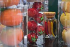 Glasgefäße mit Gemüsekonserven, Lebensmittelmodell u. x28; Weiches focus& x29; stockfotografie