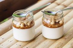 Glasgefäße mit köstlichem Jogurt Stockbild