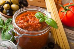 Glasgefäß mit selbst gemachter Tomatenpasta-sauce Lizenzfreies Stockfoto