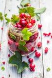 Glasgefäß trägt Kirschkorinthen Früchte Stockfoto