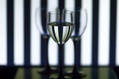 Glasgläser auf den Hintergrundstreifen lizenzfreies stockfoto
