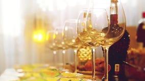Glasgläser auf einer Tabelle in einem Restaurant, Bankettisch, Gläser Wein inszenieren Beleuchtung Änderungsfokus zu verwischt mi stock footage