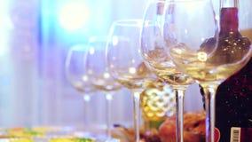 Glasgläser auf einer Tabelle in einem Restaurant, Bankettisch, Gläser Wein inszenieren Beleuchtung 3840x2160 stock video footage