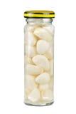 Glasglas mit marinierten Knoblauchnelken Lizenzfreie Stockbilder