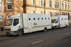 Glasgow, Escócia - 1º de dezembro de 2017: Dois veículos de transporte do prisioneiro operaram-se por G4S que espera na rua próxi fotografia de stock