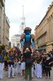 Grand homme marchant, festival marchand de ville, Glasgow Images libres de droits