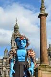 Hombre grande que camina, festival mercantil de la ciudad, Glasgow Imagen de archivo