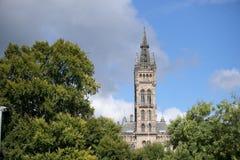 Glasgow, Skottland, 7th September 2013, huvudbyggnad och torn av universitetet av Glasgow p? Gilmorehill royaltyfri fotografi