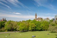 Glasgow Szkocja, Maj, - 19, 2018: Kelvingrove park w opóźnionej wiośnie; Ludzie cieszy się pogodnych wiosna dni w Kelvingrove par fotografia stock