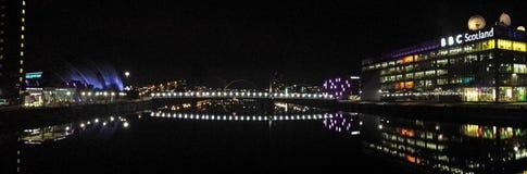 Glasgows flod Clyde på natten Royaltyfri Bild