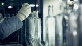 Glashausarbeitskraft misst Flaschenhälse und entfernt defekte Flaschen stock video