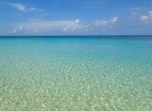 Glashelder blauw water van de Caraïben stock fotografie